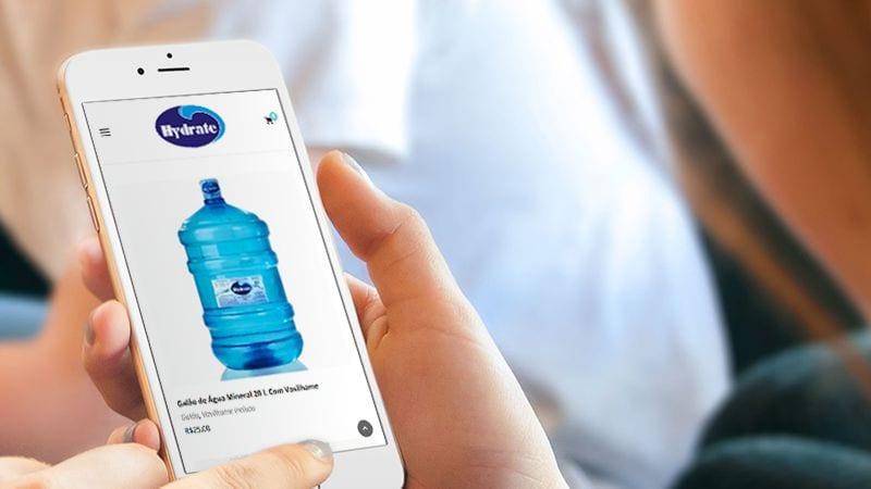 Mulher a Comprar Água Online pelo celular