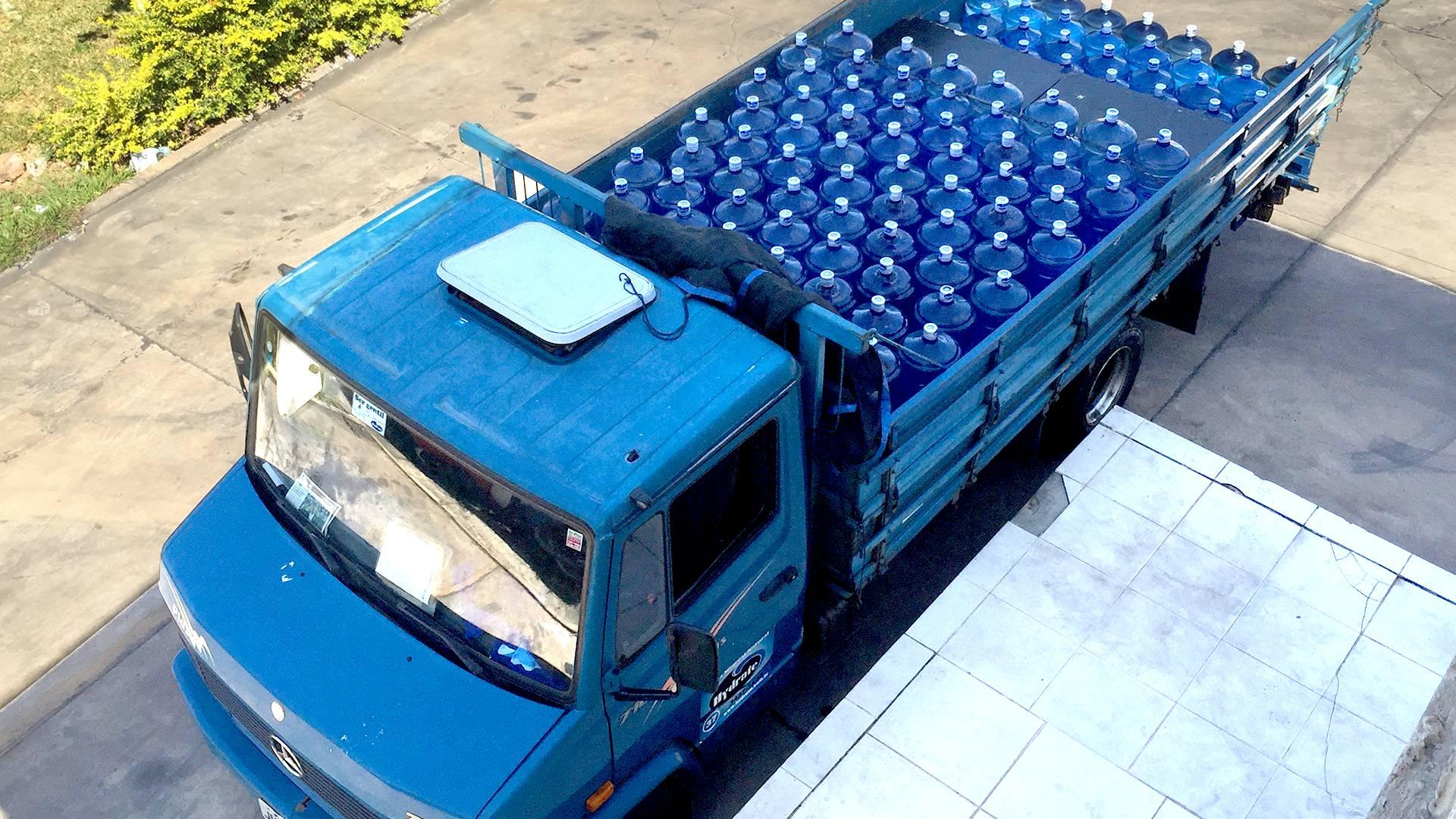 Caminhão de entrega da distribuidora de água mineral em Brasília DF