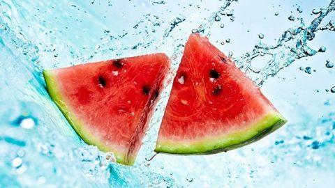 Agua nos alimento também hidrata